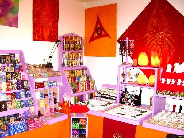 boutique ésotérique , et présente également sur le net www.magnetiseur-voyance.com
