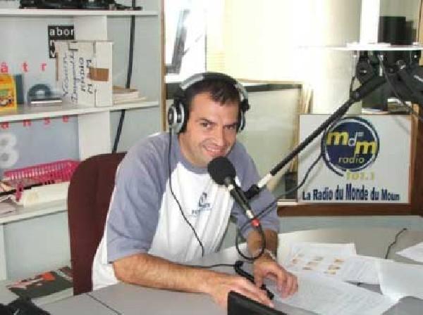 Guy lors d'une émission radio